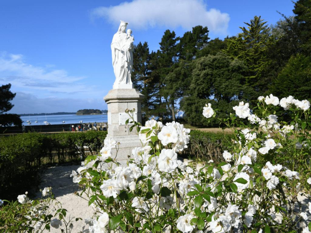 Statue de Marie - centre spirituel jésuite de penboc'h